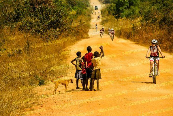 Kinderen-klappen-voor-fietser-in-malawi-yoreh-schipper---Y-register-video-en-muziek-producties