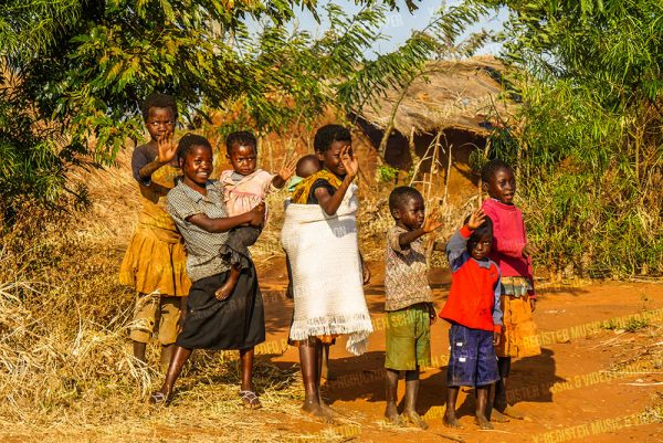 kinderen-langs-de-weg-in-zambia-yoreh-schipper---Y-register-video-en-muziek-producties