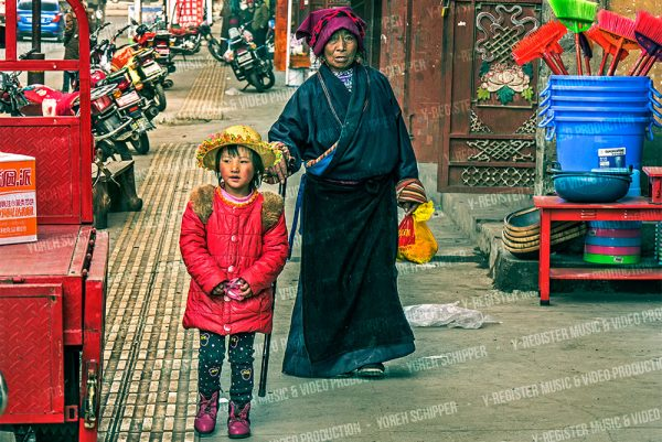 oma-en-kind-lopend-op-straat-in-inner-tibet-in-china-Y-register-video-en-muziek-producties